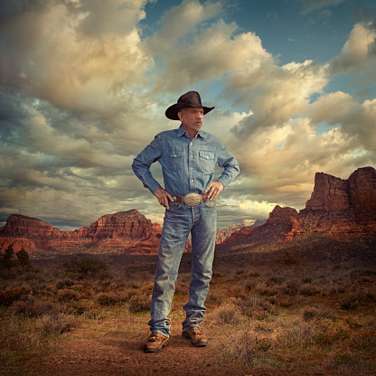 Cowboys & Aliens「Caucasian cowboy standing with hands on hips in desert landscape」:スマホ壁紙(4)
