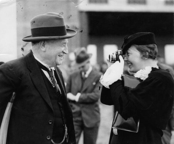 Albury - Hertfordshire「Woman taking a picture of the mayor of Albury. Albury, Australia. Photograph. October 1934.」:写真・画像(9)[壁紙.com]