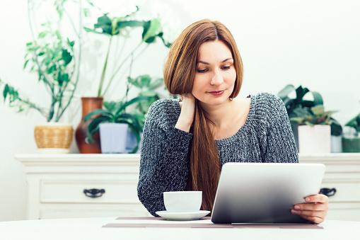 Computer「タブレットを探している女性」:スマホ壁紙(8)