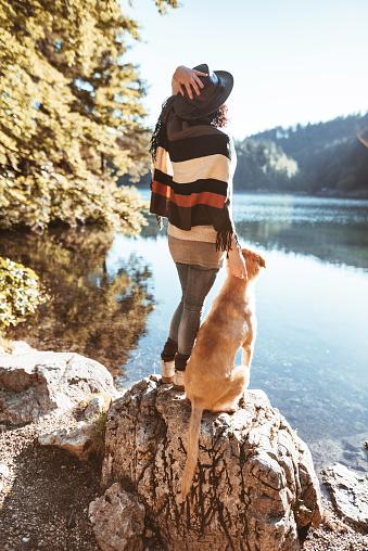 LOVE「犬と風景を探している女性」:スマホ壁紙(19)