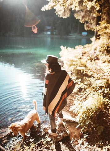 動物・ペット「犬と風景を探している女性」:スマホ壁紙(6)