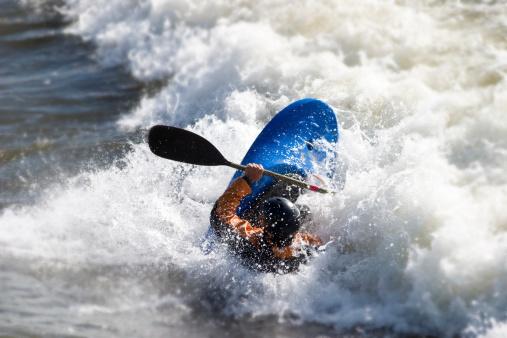 Canoeing「Man kayaking on Brennan's wave in Missoula Montana」:スマホ壁紙(19)