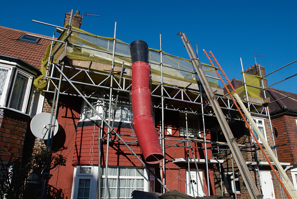 Home Improvement「Rubbish shoot on scaffolding surrounding a house under renovation, London, UK」:写真・画像(3)[壁紙.com]