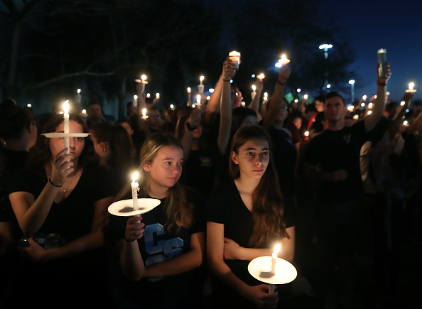 Memorial Vigil「Florida Town Of Parkland In Mourning, After Shooting At Marjory Stoneman Douglas High School Kills 17」:写真・画像(0)[壁紙.com]