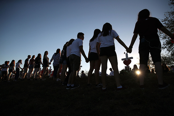 Holding Hands「Florida Town Of Parkland In Mourning, After Shooting At Marjory Stoneman Douglas High School Kills 17」:写真・画像(2)[壁紙.com]