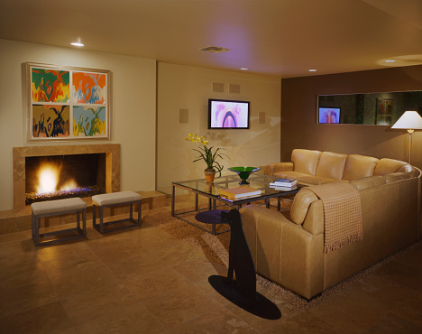 Bench「Tan living room with flat screen TV and Marilyn Monroe print」:スマホ壁紙(11)