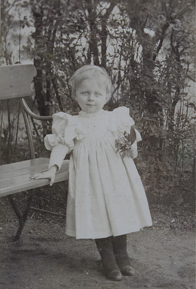 Bench「Approximately 4-Year Girl Next To A Park Bench In The Garden」:写真・画像(9)[壁紙.com]