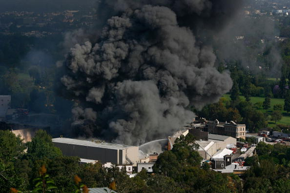 David McNew「Firefighters Battle Blaze At Universal Studios」:写真・画像(5)[壁紙.com]