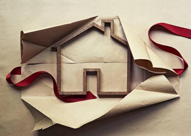 House shape in unwrapped gift:スマホ壁紙(壁紙.com)