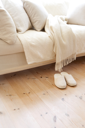 Conformity「Sofa with matching slippers in living room」:スマホ壁紙(4)