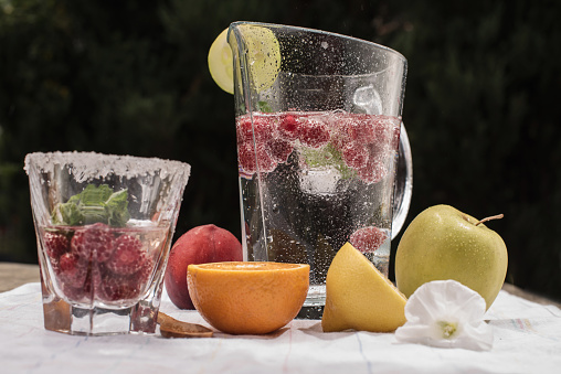 桃「Jug and glass of water with fresh fruit」:スマホ壁紙(11)