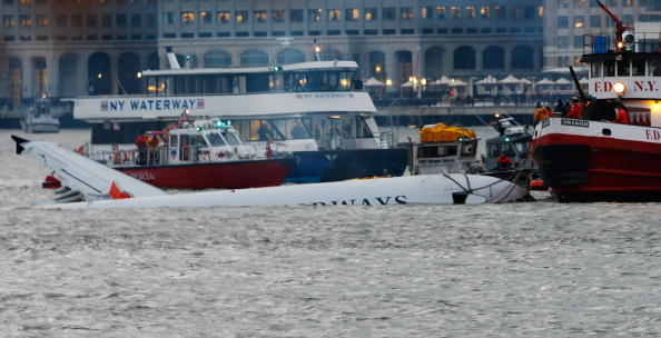 飛行機「US Airways Passenger Jet Crashes Into Hudson River By NYC」:写真・画像(1)[壁紙.com]