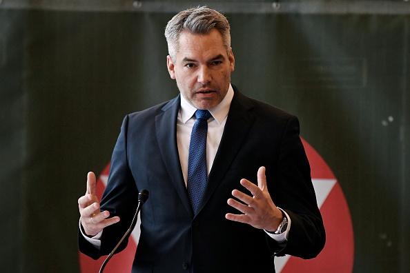 Thomas Kronsteiner「Austria Prepares For Mass Coronavirus Testing」:写真・画像(5)[壁紙.com]