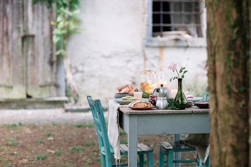 Italy「Laid garden table with candles next to a cottage」:スマホ壁紙(4)