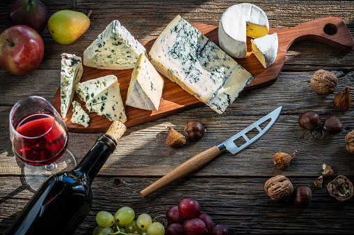French Food「Blue cheese and red wine in cutting board」:スマホ壁紙(7)