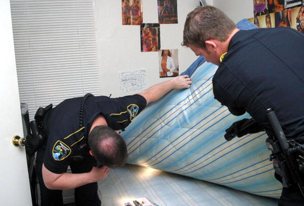 Searching「Court Opens Door To Searches Without Warrants」:写真・画像(9)[壁紙.com]