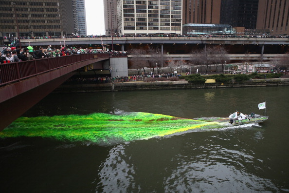 Green Color「Chicago River Dyed Green In St. Patrick's Day Tradition」:写真・画像(19)[壁紙.com]