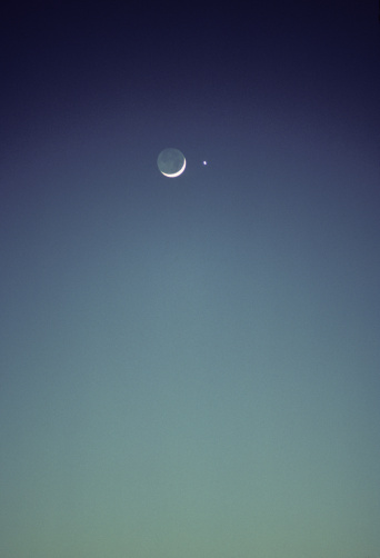 月「Blue twilight sky with eclipsed crescent moon.」:スマホ壁紙(0)