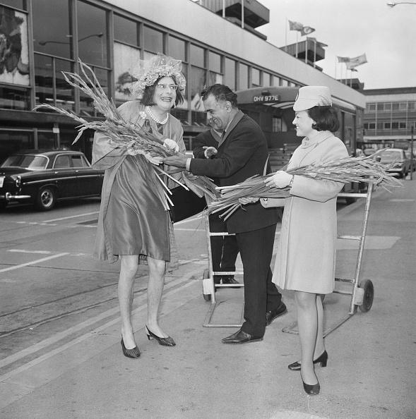 Bouquet「Dame Edna Everage at Heathrow」:写真・画像(9)[壁紙.com]