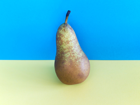 Pear「Conference Pear against Coloured Background」:スマホ壁紙(0)