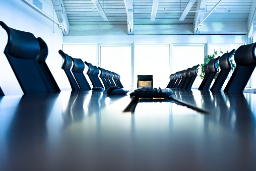 Conference Call「Conference room with large table and many chairs」:スマホ壁紙(1)