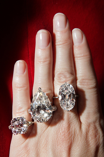 Jewelry「Rare Diamonds And Jewels Are Displayed Ahead Of A Sotheby's Auction」:写真・画像(17)[壁紙.com]