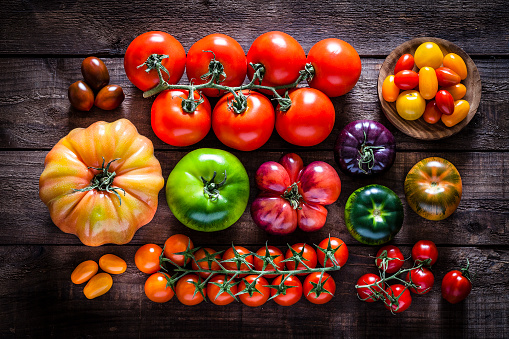 Harvesting「Collection of tomato varieties on rustic wooden table」:スマホ壁紙(2)