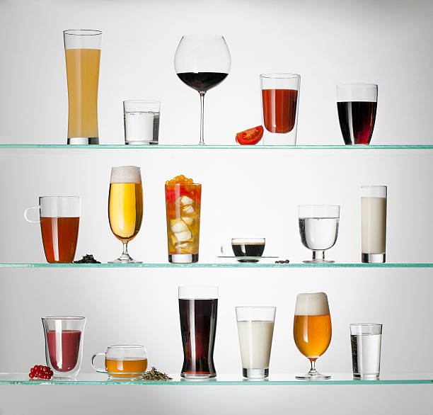 A collection of various types of drinking glasses filled with a variety of beverages:スマホ壁紙(壁紙.com)