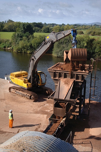 Mid Adult Men「Unloading aggregates from a barge on The River Severn at Ryall Dock Worcestershire UK」:写真・画像(16)[壁紙.com]