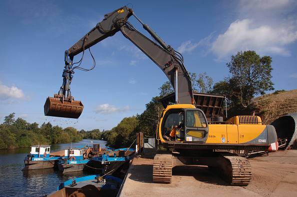 Construction Vehicle「Unloading aggregates from a barge on The River Severn at Ryall Dock Worcestershire UK」:写真・画像(19)[壁紙.com]