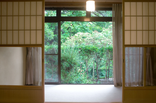 Japanese Culture「Garden window, view through empty living room」:スマホ壁紙(10)
