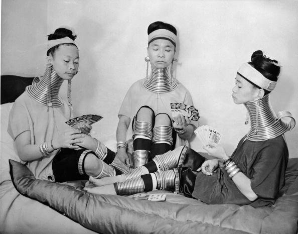 Bizarre「Three Padaung Women Play Cards」:写真・画像(18)[壁紙.com]