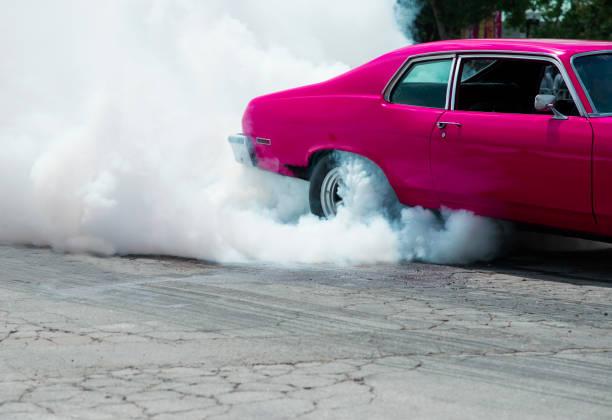 Car burning out and creating smoke.:スマホ壁紙(壁紙.com)
