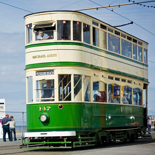 Water's Edge「Tram on promenade at Blackpool」:写真・画像(1)[壁紙.com]