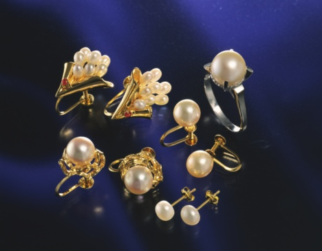 Earring「Ring and earrings with pearls, high angle view」:スマホ壁紙(3)