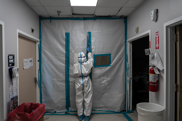 Houston - Texas「Hospital Workers Cope With Coronavirus Surge On New Year's Day of 2021」:写真・画像(8)[壁紙.com]