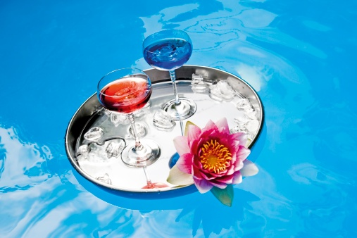 Water Lily「Drinks on tray floating in pool, elevated view」:スマホ壁紙(9)