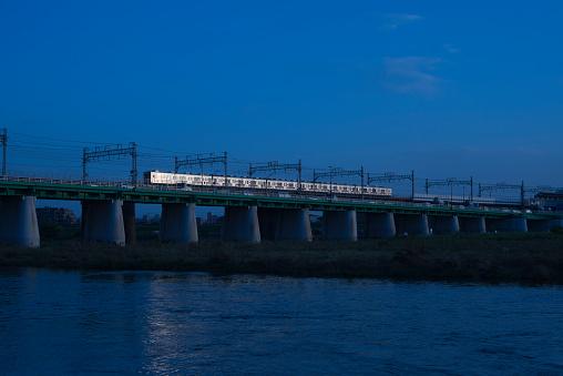 Tokyo - Japan「Train crossing the iron bridge」:スマホ壁紙(3)