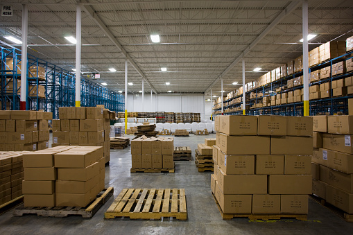Pallet「Pallets of containers in a warehouse」:スマホ壁紙(11)