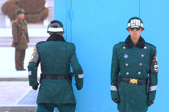 North「South And North Korean Soldiers Patrol Border」:写真・画像(15)[壁紙.com]