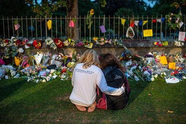 座る「New Zealand Grieves As Victims Of Christchurch Mosque Terror Attacks Are Identified」:写真・画像(13)[壁紙.com]