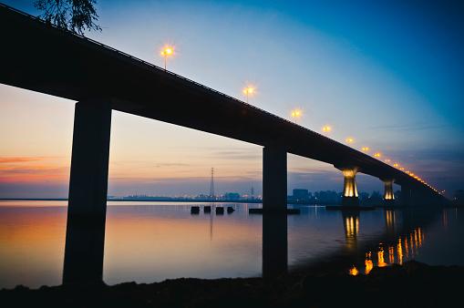 青「Puentes sobre エル リオ サンタ ルシア」:スマホ壁紙(18)