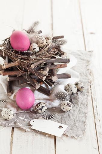 ウズラの卵「Pink Easter eggs, quail eggs and rustic nest with tag」:スマホ壁紙(3)