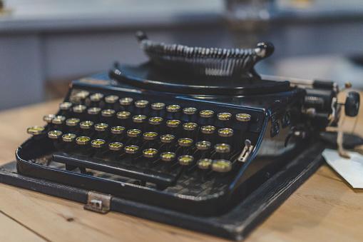 作家「Old black typewriter」:スマホ壁紙(9)