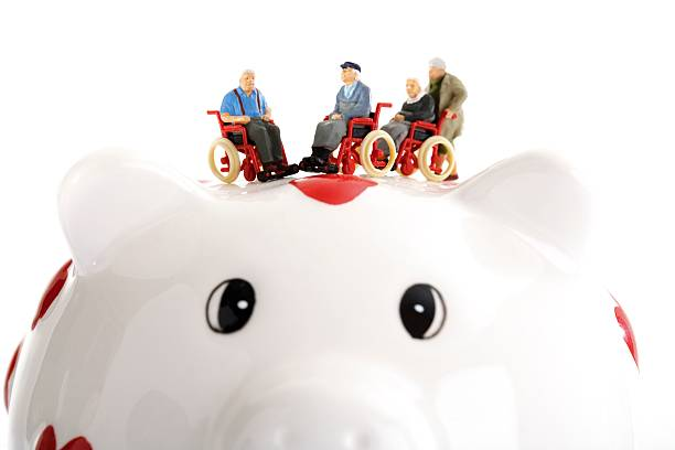 Figurine on wheelchairs on piggy bank:スマホ壁紙(壁紙.com)
