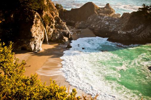 Big Sur「A waterfall on the California coastline.」:スマホ壁紙(13)
