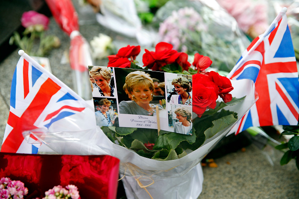 Anniversary「Tribute to Princess Diana At the Flame of Liberty Statue, Near Pont De L'Alma In Paris」:写真・画像(12)[壁紙.com]