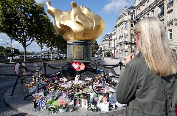 20th Anniversary「Tribute to Princess Diana At the Flame of Liberty Statue, Near Pont De L'Alma In Paris」:写真・画像(4)[壁紙.com]
