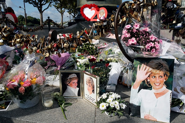 Death「Tribute to Princess Diana At the Flame of Liberty Statue, Near Pont De L'Alma In Paris」:写真・画像(5)[壁紙.com]