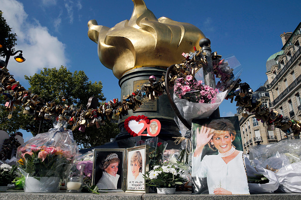 Tribute Event「Tribute to Princess Diana At the Flame of Liberty Statue, Near Pont De L'Alma In Paris」:写真・画像(18)[壁紙.com]